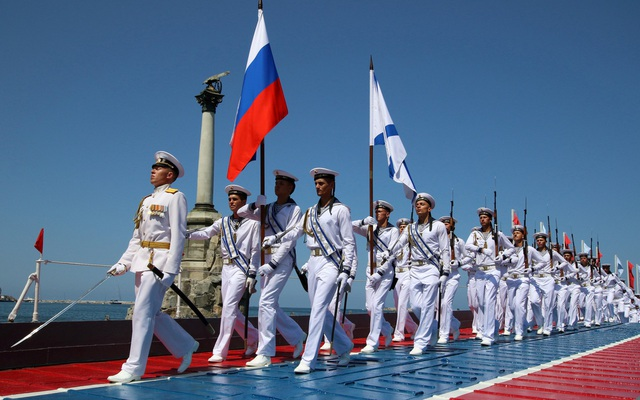 Ngoài St. Petersburg, các hoạt động kỷ niệm Ngày Hải quân cũng diễn ra tại các thành phố khác của Nga như Kaliningrad, Sevastopol và Vladivostok Đây đều là các căn cứ của hải quân Nga. Trong ảnh: Các thủy thủ duyệt binh tại cảng Sevastopol, Crimea. (Ảnh: Reuters)