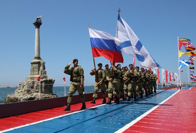 Lễ duyệt binh là sự kiện đánh dấu lịch sử 3 thế kỷ của lực lượng Hải quân Nga. Ngày Hải quân Nga được chọn là ngày chủ nhật cuối cùng của tháng 7 hàng năm. (Ảnh: Reuters)