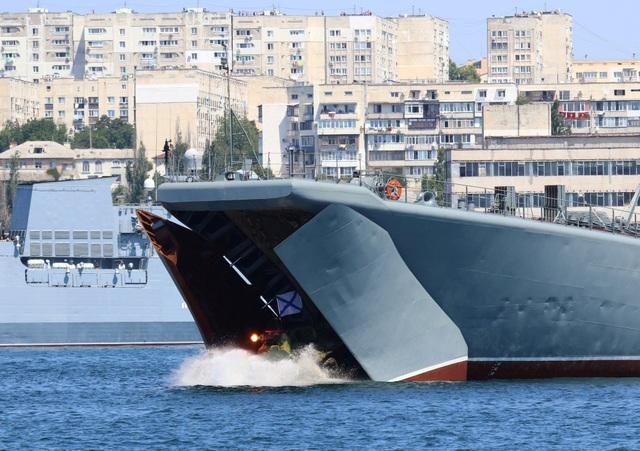 Xe bọc thép lội nước được triển khai từ một tàu chiến tham gia lễ duyệt binh tại Sevastopol. (Ảnh: Reuters)