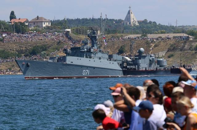 Đông đảo người dân Nga đã tới xem các tàu chiến hải quân phô diễn sức mạnh. (Ảnh: Reuters)