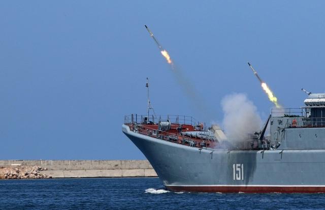 Tên lửa phóng từ tàu chiến Nga. (Ảnh: Reuters)