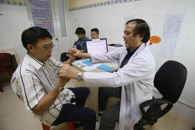 Việc tẩm bổ cho người cao tuổi nên tuân thủ lời khuyên của bác sĩ về chế độ dinh dưỡng phù hợp với các bệnh lý mà họ mắc phải. Trong ảnh: Khám bệnh cho người cao tuổi tại Bệnh viện Đa khoa Sài Gòn Ảnh: HOÀNG TRIỀU