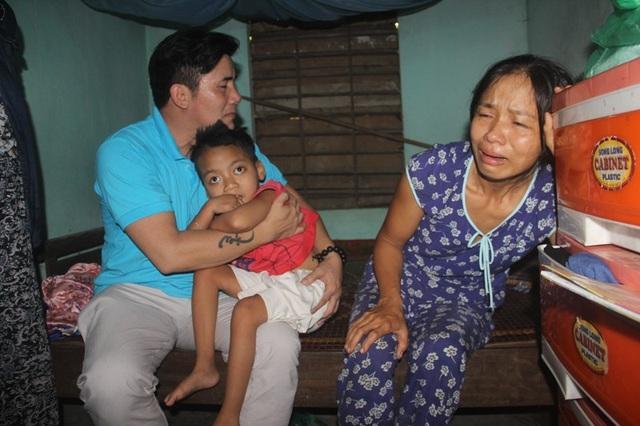 Chị Chi khóc ngất khi đón nhận thi thể chồng