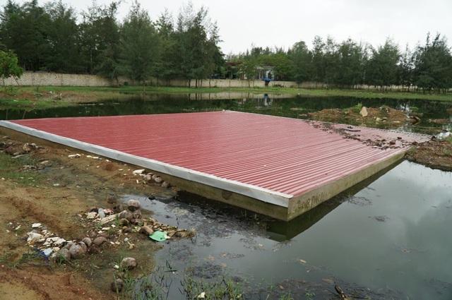 Bể chứa nước thải của công ty TNHH đầu tư và du lịch Hải Tiến là một trong những điểm nóng ô nhiễm, tràn ngập nước thải xung quanh.