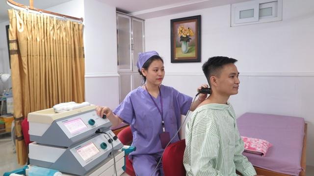 Anh L. bắt đầu trị liệu bằng máy siêu âm xung giúp thư giãn các khối cơ, giảm tình trạng co cứng cổ vai gáy