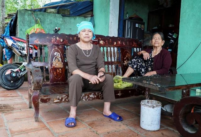 """Bà Lê Thị Mùng (thôn Trung Hải) cho biết: """"Cứ hôm nào trời có gió là mùi xú uế bay vào làng, chúng tôi không thể chịu nổi. Ăn cơm cũng phải đốt hương cho đỡ mùi, đêm nằm không không ngủ được vì các loại mùi lẫn lộn, nồng nặc khắp nhà""""."""