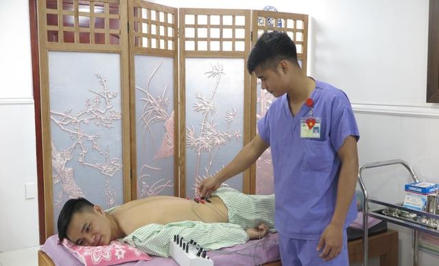 Anh L. đang trị liệu bằng châm cứu để giảm các cơn đau vùng thắt lưng