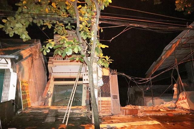 Nhiều nhà dân đã bị sạt lở, trượt xuống sông Đà tại thành phố Hòa Bình tối 30/7.