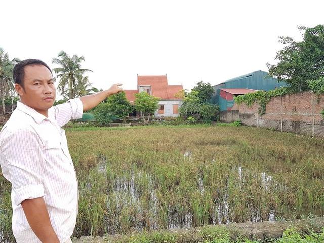 Xưởng tái chế, chế biến nhựa của hộ ông Mãn (mái tôn màu xanh) vẫn án ngữ giữa khu dân cư hành dân thời gian qua.