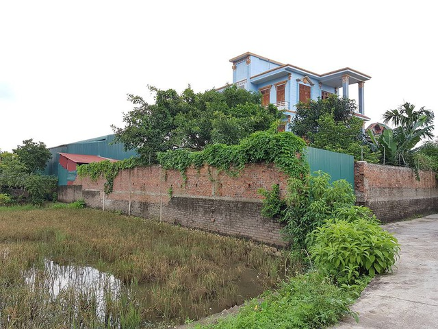 Xưởng tái chế, sản xuất đồ nhựa của gia đình ông Mãn nằm giữa khu dân cư, hành dân hơn 10 năm qua.