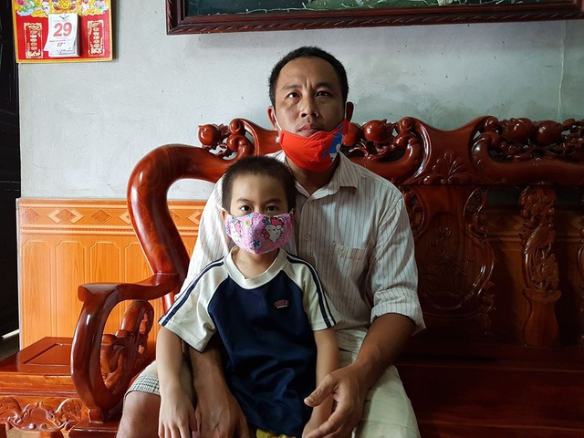 Cuộc sống của gia đình anh Lung cùng nhiều hộ dân khác bị đảo lộn vì thường xuyên bị tra tấn bởi mùi nhựa tái chế, mùi chất hóa học phát ra từ xưởng chế biến nhựa của gia đình ông Mãn nằm ở giữa thôn.