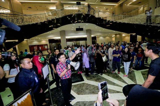 Ông Richard Malanjum chỉ đạo các nhân viên dọn vệ sinh tại trụ sở tòa tối cao Malaysia. (Ảnh: NST)