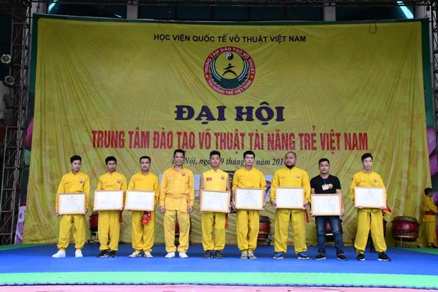 Trao chứng nhận võ sư Quốc tế cho các tài năng võ thuật trẻ tại Trung tâm võ thuật tài năng trẻ Việt Nam