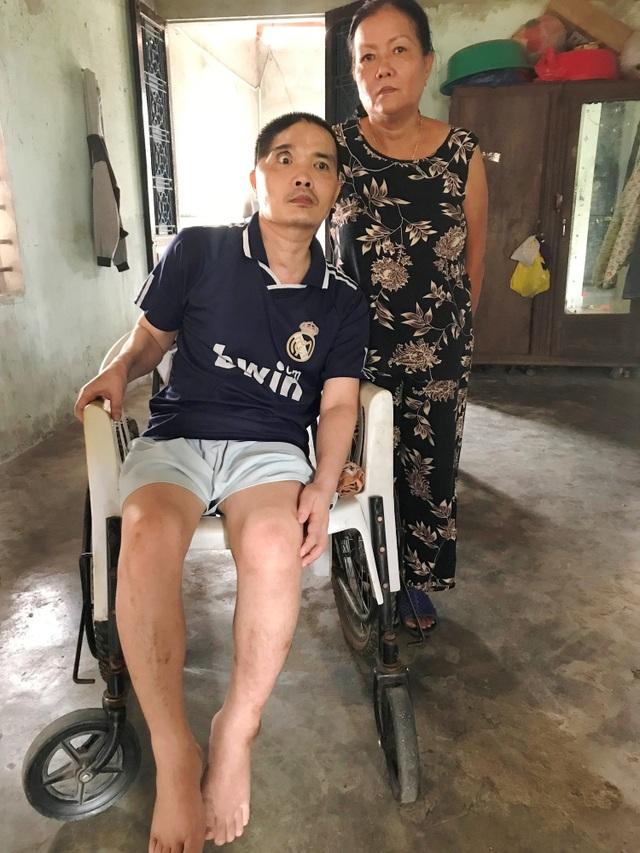 Mọi việc ăn uống, vệ sinh cá nhân của anh Đệ đều do một tay dì Trang, mẹ anh Đệ làm trong suốt 6 năm qua