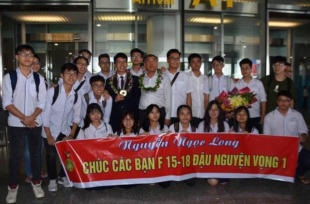 Nhiều bạn học ra tận sân bay đón Long trở về sau kỳ thi