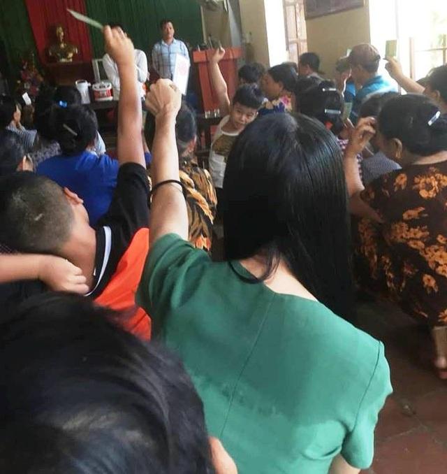 Người dân xã Hoằng Đại đến nghe Công ty Thiên An tư vấn.