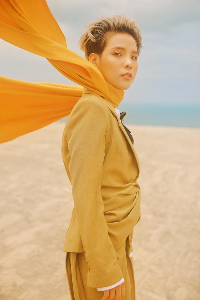 Vũ Cát Tường vừa thực hiện một bộ ảnh mới với hình tượng của một hoàng tử bé cô đơn giữa sa mạc. Vì muốn có được những khung ảnh ưng ý nhất, nữ ca sĩ cùng ekip của mình đã lặn lội ra tận đồi cát ở Bình Thuận giữa thời tiết nắng nóng gay gắt.