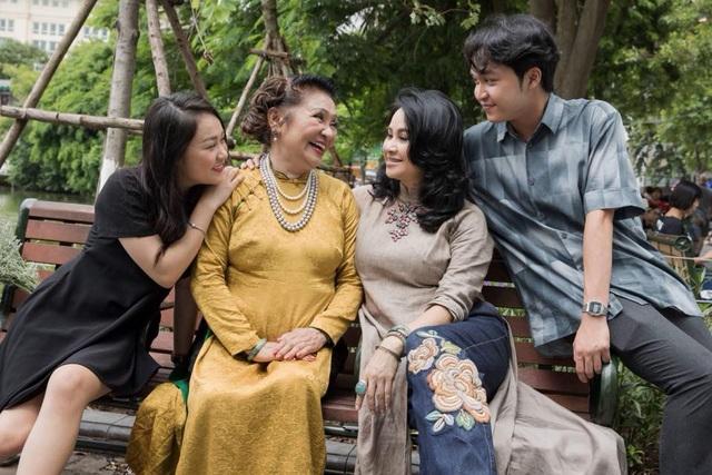 Nhìn những hình ảnh hạnh phúc của gia đình diva Thanh Lam, ca sĩ Quang Dũng cùng nhiều người đã gửi lời ngưỡng mộ. Ca sĩ Quang Dũng cho rằng, 3 thế hệ giống nhau đến ngỡ ngàng.