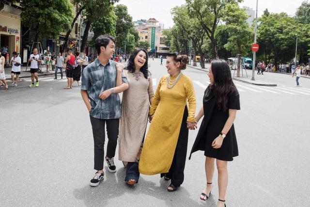 """Diva Thanh Lam chia sẻ những hình ảnh cùng mẹ và hai con rong ruổi trên tuyến phố đi bộ quanh Hồ Gươm – Hà Nội những ngày cuối tuần. Chị viết: """"Những hạnh phúc ngọt ngào. Cả nhà cười chói lói Hồ Gươm""""."""