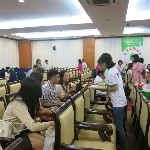 Nhân viên NutiFood giới thiệu sản phẩm tại Hội nghị