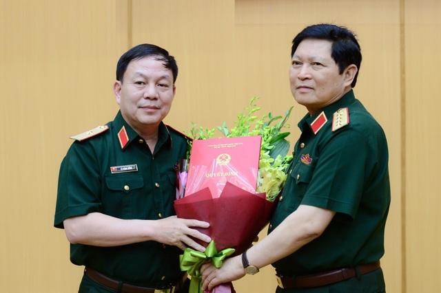 Bộ trưởng Bộ Quốc Đại tướng Ngô Xuân Lịch trao quyết định giao nhiệm vụ cho Thiếu tướng Lê Đăng Dũng giữ chức vụ phụ trách Chủ tịch, Tổng giám đốc Viettel.