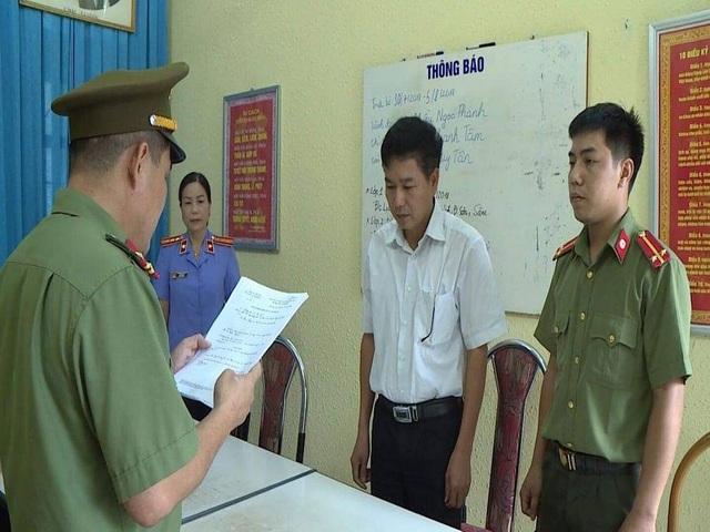 Ông Trần Xuân Yến - Phó Giám đốc Sở GD&ĐT Sơn La nghe đọc lệnh khởi tố (ảnh: CTV)