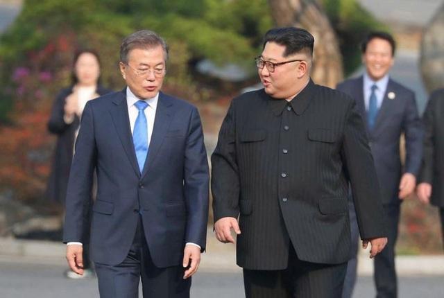 Tổng thống Hàn Quốc Moon Jae-in và nhà lãnh đạo Kim Jong-un gặp nhau tại hội nghị thượng đỉnh hồi tháng 4 (Ảnh: Reuters)