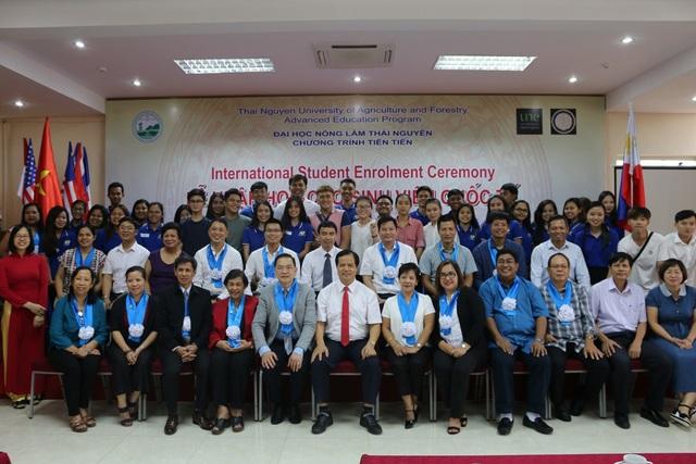 Ban Giám hiệu Nhà trường chụp hình với tân sinh viên và đại biểu quốc tế.