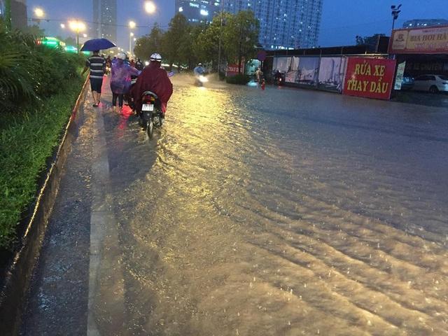 """Hà Nội: Đường phố """"chết cứng"""" trong cơn mưa lớn giờ tan tầm - 22"""