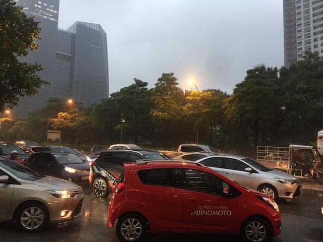 Cảnh ùn tắc kéo dài từ khi trời mới nhập nhoạng tối, cơn mưa bắt đầu đổ xuống