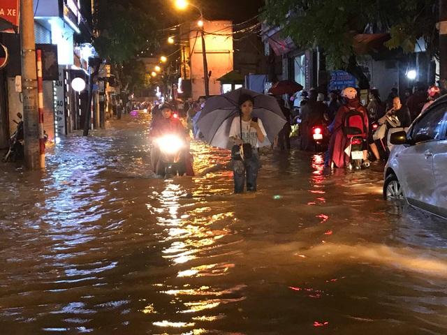 """Hà Nội: Đường phố """"chết cứng"""" trong cơn mưa lớn giờ tan tầm - 8"""