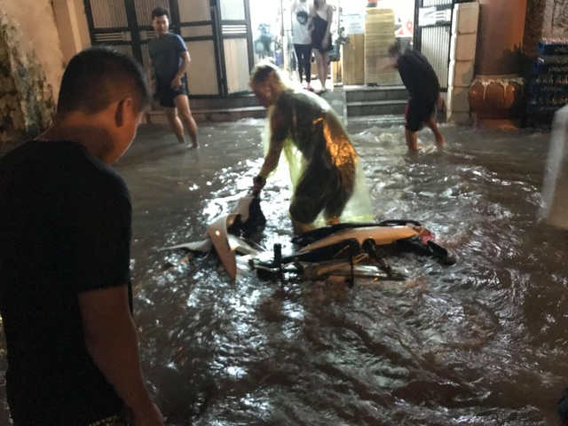 """Hà Nội: Đường phố """"chết cứng"""" trong cơn mưa lớn giờ tan tầm - 10"""