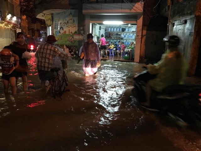 Tại phố Chính Kinh, đường cũng chìm sâu trong nước