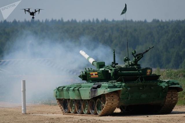 32 quốc gia đã cử các đội binh sĩ xe tăng tới tham gia giải đấu xe tăng quốc tế Tank biathlon-2018 ở vùng Moscow, Nga từ ngày 28/7. Trong ảnh: Xe tăng màu xanh của đội Uganda trong phần thi cá nhân tại Tank biathlon-2018. (Ảnh: Sputnik)