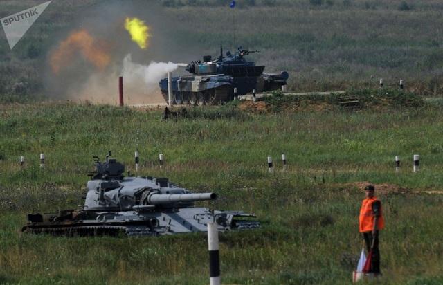 Các đội thi sẽ sử dụng xe tăng T-72 do nước chủ nhà Nga cung cấp, ngoại trừ đội Trung Quốc sử dụng xe tăng riêng. Các đội thi sẽ bốc thăm để lựa chọn xe tăng theo màu quy định. Trong ảnh: Đội Kazakhstan thi đấu với xe tăng màu xanh tại giải đấu Tank biathlon-2018. (Ảnh: Sputnik)