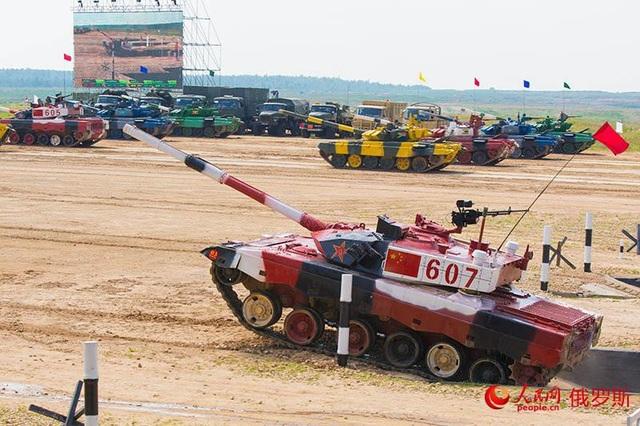 Xe tăng Type-96 màu đỏ trắng của Trung Quốc so tài tại Nga. (Ảnh: People China)