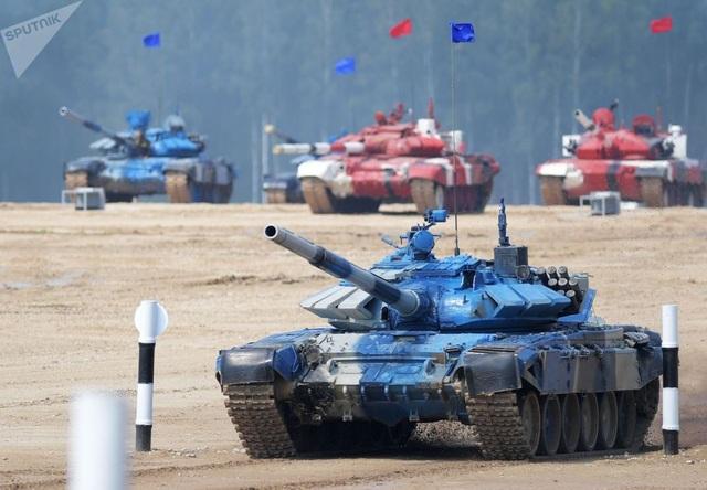 Đội Kazaskhstan vào vị trí thi đấu với xe tăng T-72B3. T-72 là dòng xe tăng hiện đại được trang bị nhiều công nghệ tiên tiến của Nga. (Ảnh: Sputnik)