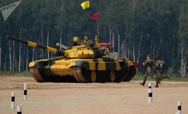 Giải đấu xe tăng quốc tế Tank biathlon-2018 nằm trong khuôn khổ của Giải đấu Quân đội Quốc tế (IAG) lần thứ 4 được khai mạc hôm 28/7. Trong ảnh: Đội xe tăng màu vàng của Kuwait vào vị trí thi đấu. (Ảnh: Sputnik)