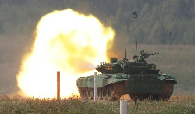 Xe tăng T-72 của đội Uganda phóng hỏa lực tại giải đấu xe tăng quốc tế. (Ảnh: Reuters)