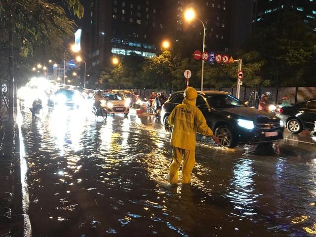"""Hà Nội: Đường phố """"chết cứng"""" trong cơn mưa lớn giờ tan tầm - 15"""