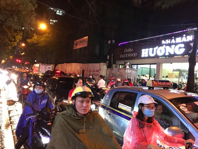 """Hà Nội: Đường phố """"chết cứng"""" trong cơn mưa lớn giờ tan tầm - 2"""