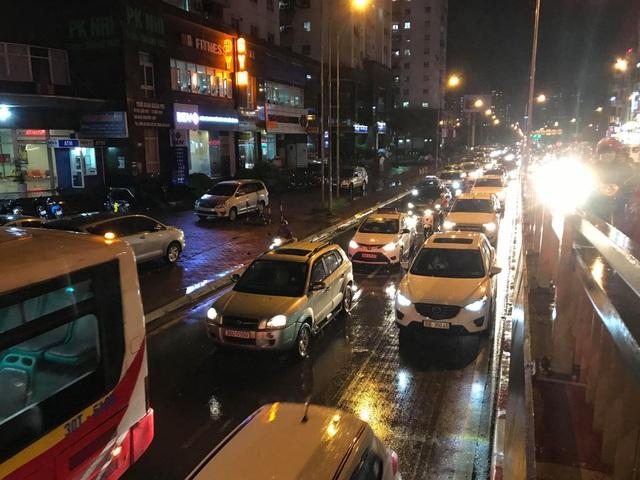 """Hà Nội: Đường phố """"chết cứng"""" trong cơn mưa lớn giờ tan tầm - 17"""