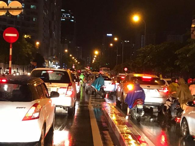 """Hà Nội: Đường phố """"chết cứng"""" trong cơn mưa lớn giờ tan tầm - 18"""