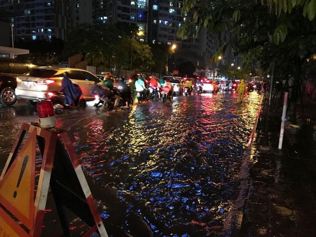 Đường Nguyễn Chánh đến thời điểm 19h15 phút vẫn đang ngập, tắc (ảnh: Trần Thanh)