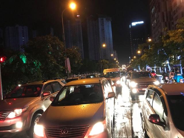 """Hà Nội: Đường phố """"chết cứng"""" trong cơn mưa lớn giờ tan tầm - 16"""