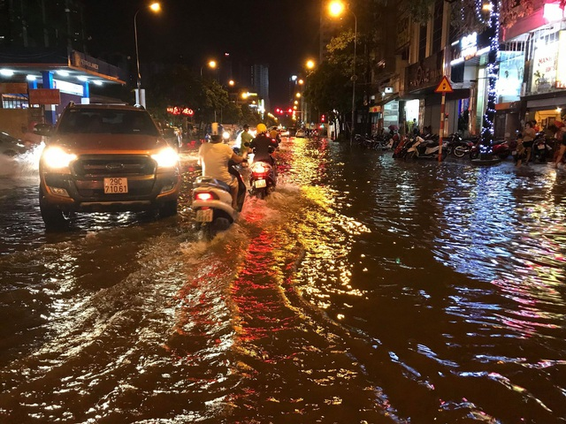 Đường Nguyễn Tuân (quận Thanh Xuân) chung số phận ngập, tắc