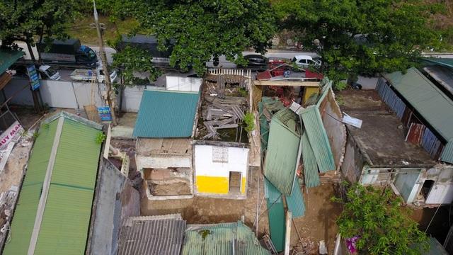 """Hiện tại, bước vào cửa hàng cơm của bà Nguyễn Thị Ngà (phường Đồng Tiến, Hòa Bình) là vết nứt tách đôi ngôi nhà rộng khoảng 1m. Để bước sang """"tầng 4"""" phải đi qua chiếc cầu bắc tạm."""