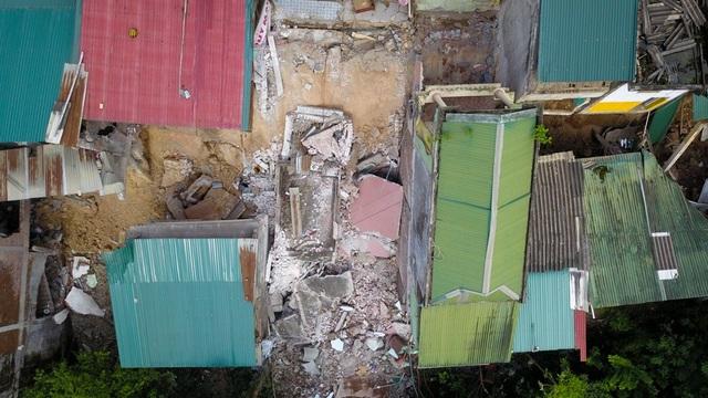 Hai ngôi nhà liền kề nhà chị Vân cũng sụt lún, hư hỏng nặng, đặc biệt là hộ kinh doanh hàng cơm của bà Nguyễn Thị Ngà. Một nửa ngôi nhà ven sông sụt nghiêm trọng tới mức, tầng 4 thành tầng 1.