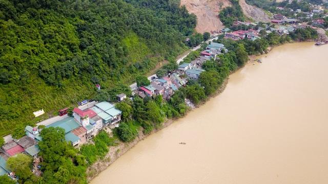 Hình ảnh hiện trường những ngôi nhà bị xé nát, trôi xuống sông Đà - 13