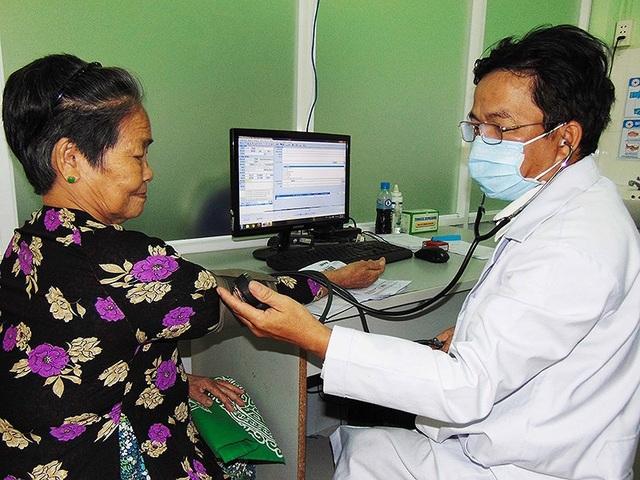 Bác sĩ cũng mắc bệnh mạn tính không lây do thường xuyên ngồi khám bệnh. Ảnh: TRẦN NGỌC